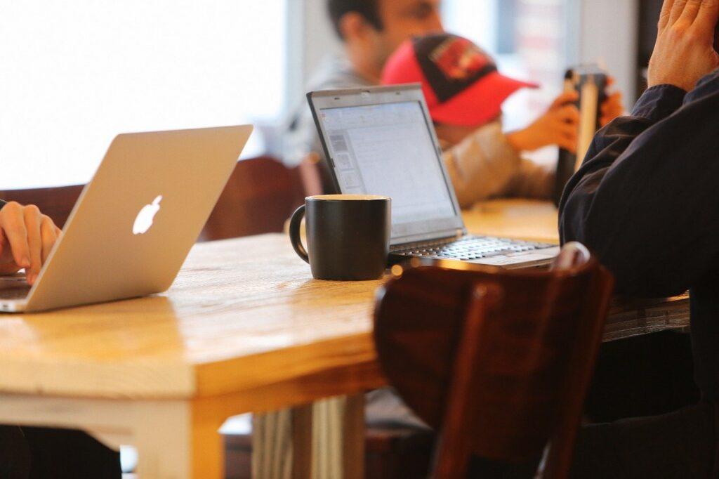 カフェでPCを使って勉強する様子