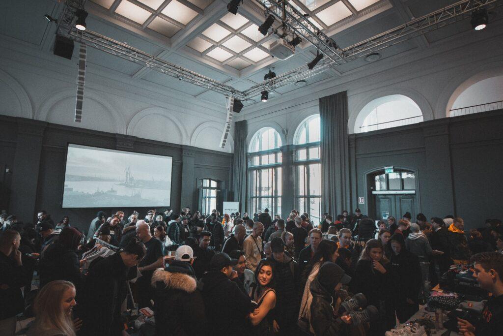 イベントに集まる人の写真