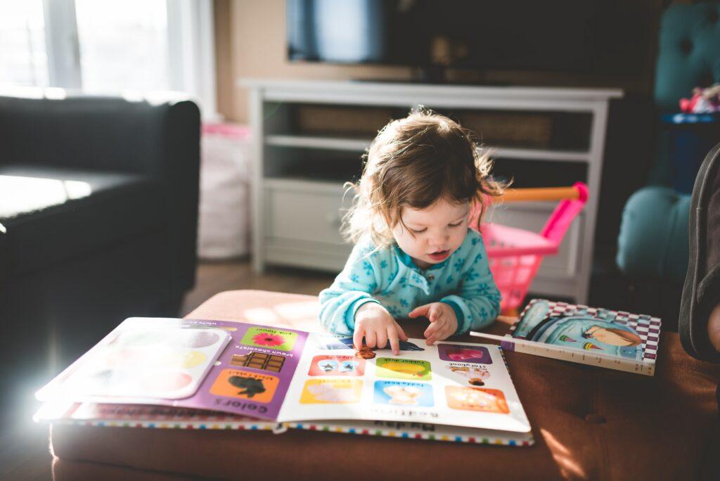 絵本を見る子供