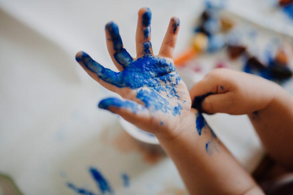 絵具を塗った子供の手