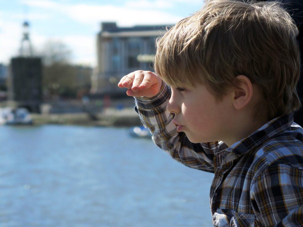 遠くを見る男の子